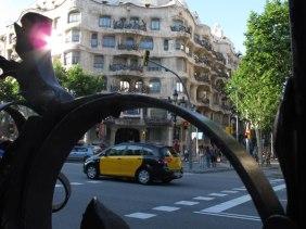 Taxi de Barcelona con la Pedrera de fondo